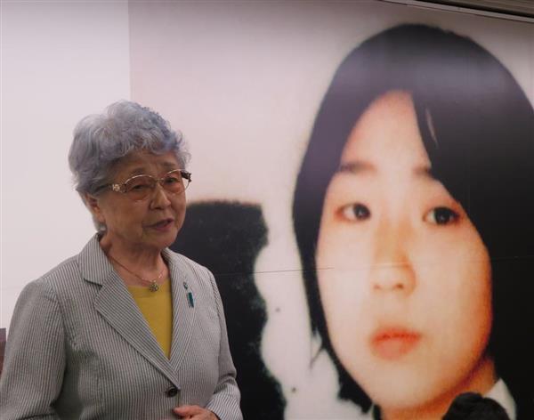 新宿駅で開かれた横田めぐみさんの写真展で拉致被害者の全員救出へ思いを語る母、早紀江さん=5月8日