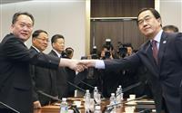 板門店での閣僚級会談で握手する北朝鮮の李善権・祖国平和統一委員長(左)と韓国の趙明均統一相=1日(韓国取材団・共同)