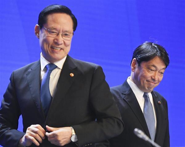 アジア安全保障会議に出席した韓国の宋永武国防相(左)と小野寺防衛相=2日、シンガポール(共同)
