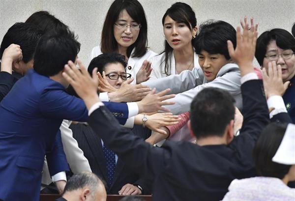 25日の衆院厚労委で、働き方改革関連法案の採決を図る高鳥修一委員長(中央左)に詰め寄る野党委員ら