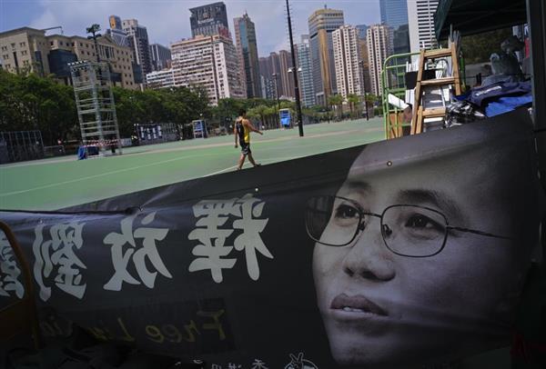 3日、香港の公園で掲げられた、中国当局に軟禁されている劉霞さんの肖像画の垂れ幕。天安門事件から4日で29年を迎えるが、中国の人権弾圧は強まっている(AP)