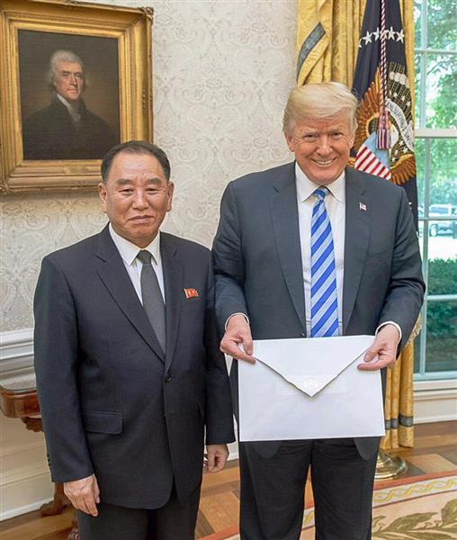 1日、ホワイトハウスで北朝鮮の金正恩朝鮮労働党委員長からの親書を持つトランプ米大統領(右)と金英哲党副委員長(ホワイトハウス提供・共同)