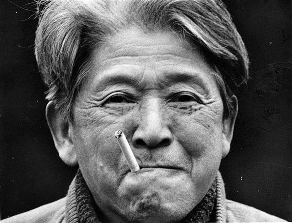 竹林の隠者と呼ばれた富士正晴。64歳、産経新聞のインタビューで=大阪府茨木市の自宅