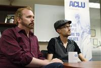 同性カップルへのウエディングケーキ販売拒否を違法だと訴えていたクレイグさん(左)とムリンズさん=4日、デンバー(AP)