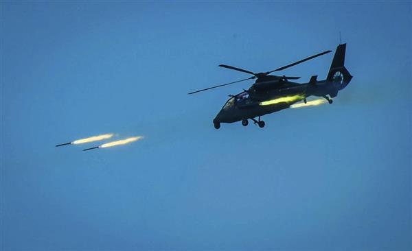 4月18日、台湾海峡で実弾演習を行う中国軍のヘリ(AP)