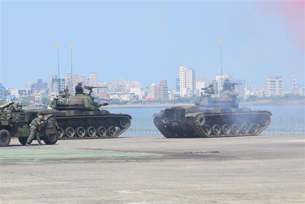 5日、台北郊外の淡水河河口で、特殊部隊の上陸阻止演習を行う陸軍の戦車(田中靖人撮影)
