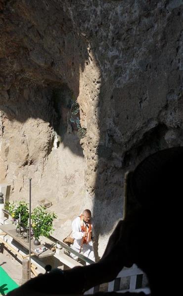 霊場札所の岩肌に浮かび上がった「夏至観音像」=香川県