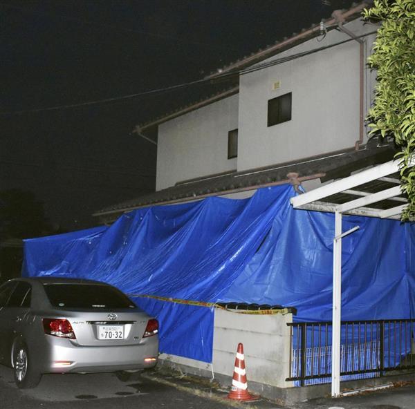 シートに覆われた桐生のぞみ容疑者の母しのぶさん宅=5日夕、滋賀県守山市