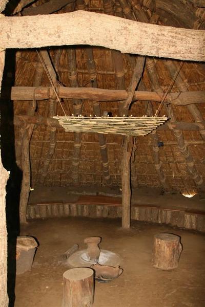 加曽利貝塚で復元された竪穴式住居の内部。入り口は狭いが思ったよりも広い空間が広がっている=千葉市若葉区(永田岳彦撮影)
