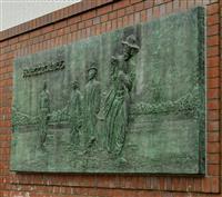「高校野球発祥の地記念公園」にある第1回大会始球式のレリーフ=大阪府豊中市