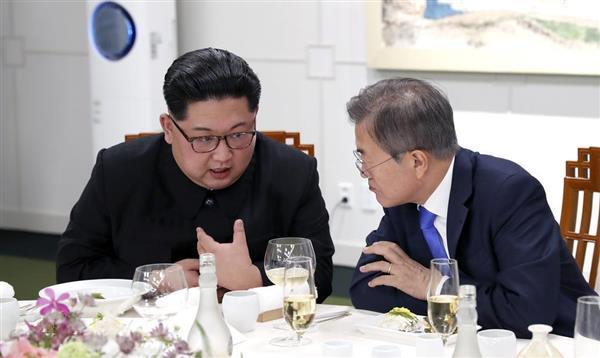夕食会で言葉を交わす、北朝鮮の金正恩朝鮮労働党委員長(左)と韓国の文在寅大統領=5月27日午後、板門店の韓国側施設「平和の家」(韓国共同写真記者団撮影)
