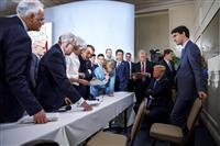 G7サミットで議論するカナダのトルドー首相(右)ら各国首脳=9日、カナダ・シャルルボワ(ロイター)