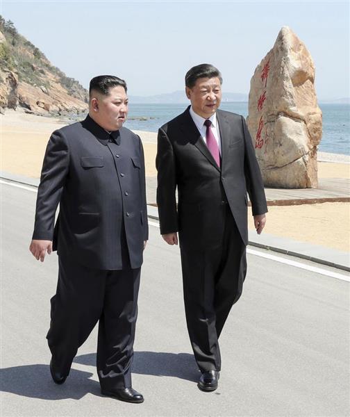 中国国営通信新華社が5月8日に配信した、中国遼寧省大連で会談に臨む中国の習近平国家主席(右)と北朝鮮の金正恩朝鮮労働党委員長の写真。いったい何を話したのか…(新華社=共同)