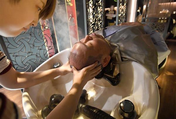 「松屋銀座 父の日 自分へのご褒美ギフト」血行を促進し、次に生えてくる髪を元気にするヘッドスパ=12日午後、東京都中央区(宮川浩和撮影)