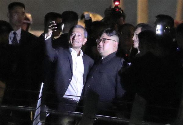 マーライオン近くのジュビリー・ブリッジを歩く北朝鮮の金正恩朝鮮労働党委員長=11日午後、シンガポール(松本健吾撮影)