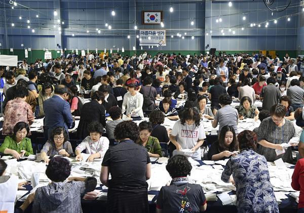 13日、ソウルで行われた韓国統一地方選の開票作業(共同)