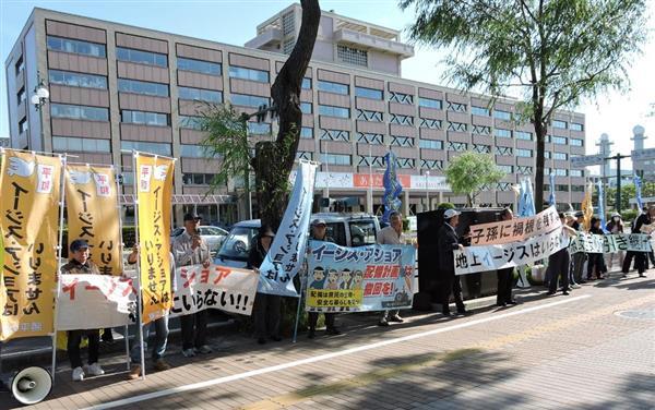 秋田市役所前ではイージス・アショア配備に反対する市民団体が抗議活動をしていた=17日、秋田市(藤沢志穂子撮影)
