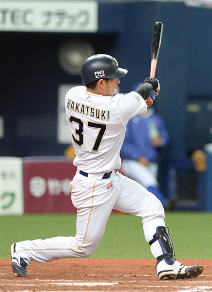 七回、適時打を放つオリックスの若月健矢=17日、京セラドーム大阪(水島啓輔撮影)