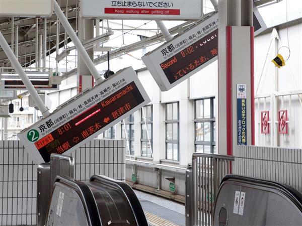 地震の影響で傾いた阪急京都線・茨木市駅の電光掲示板=18日午前10時18分、大阪府茨木市(渡辺恭晃撮影)