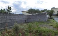 甲府市立石田小のブロック塀撤去へ 築40年、多数の亀裂