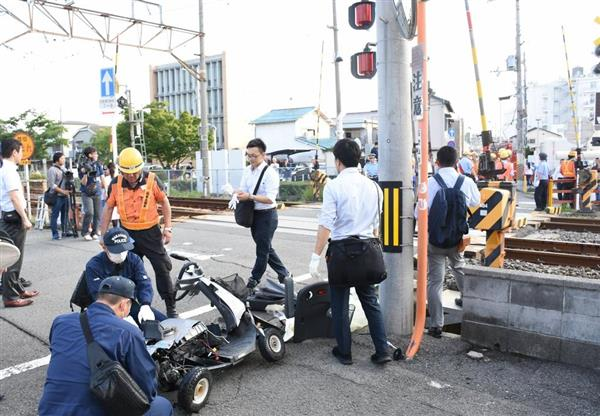 シニアカーに乗った男性がはねられた踏切周辺=21日午後6時すぎ、和歌山市