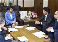 法務省を訪れ、上川法相(左)と懇談するヤフーの宮坂学社長=22日午後
