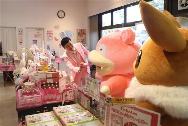 「これ、おいしいよ」。ミュージアムショップで、ヤードンに、ピンクジンジャエールを薦める岩下和了社長=栃木県栃木市の「岩下の新生姜ミュージアム」
