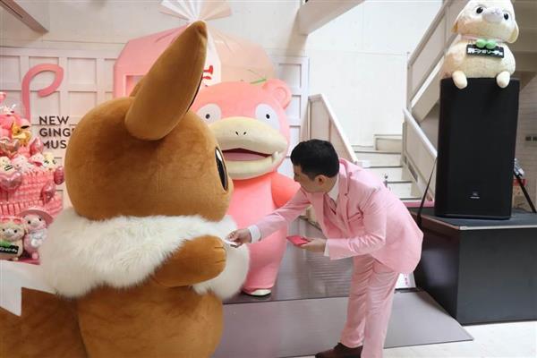 岩下食品の岩下和了社長がお出迎え。名刺を渡す=栃木県栃木市の「岩下の新生姜ミュージアム」