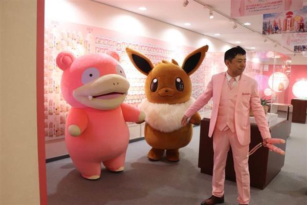 「ポケットモンスター」のキャラクター、イーブイとヤドンに、「岩下の新生姜ミュージアム」の館内を案内する岩下和了社長=栃木県栃木市本町