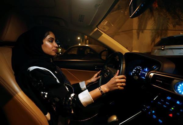 サウジアラビア・リヤドで車を運転する女性=24日(ロイター)