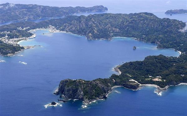小笠原諸島の父島。右下は洲崎地区、左上は玄関口の二見港=9日、東京都小笠原村