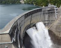 北アルプスに巨大アーチ 壁面の高さ日本一・186mの黒部ダムで観光放水始まる