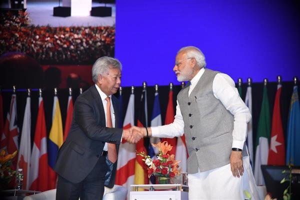 アジアインフラ投資銀行(AIIB)総会で、金立群総裁(左)と握手をするモディ首相=26日、インド西部ムンバイ(AIIB提供)
