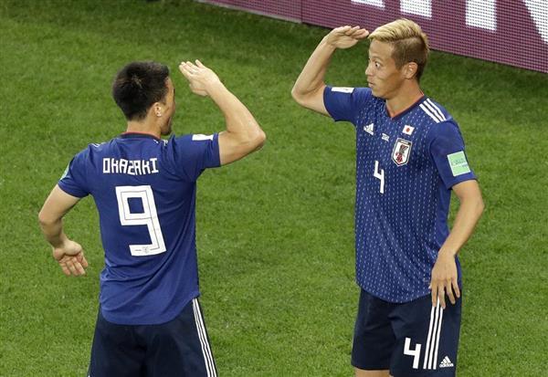 セネガル戦で同点ゴールを決めて、岡崎と敬礼ポーズをしあう