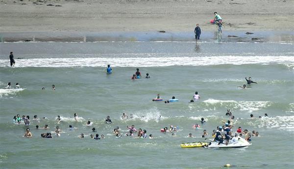 海開きした神奈川県逗子市の逗子海水浴場=29日午前(共同通信社ヘリから)