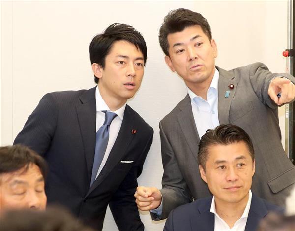 28日、衆議院改革実現会議に臨む自民党の小泉進次郎氏(左)=国会(春名中撮影)