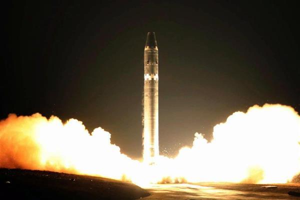 北朝鮮の労働新聞が2017年11月29日付で掲載した大陸間弾道ミサイル「火星15」の発射実験の写真。米朝融和ムードの中でミサイル廃棄が具体的に進展しているわけではない(コリアメディア提供・共同)