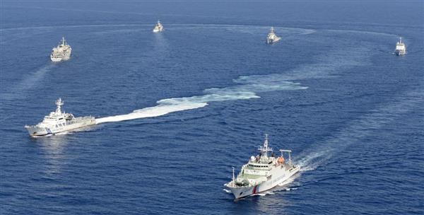 沖縄県・尖閣諸島の南小島南東の領海内を入り乱れるように航行する海上保安庁と中国海警局の船=平成25年9月