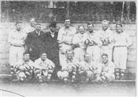 明治41年、来日した米国のプロ野球選抜チーム「リーチ・オール・アメリカン」と一緒に写真に納まる大隈重信(後列左から4人目)=『野球歴史写真帖』(大正12年)から