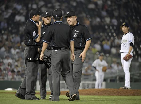 6月22日のオリックス-ソフトバンク戦、10回2死一塁、ソフトバンク・中村晃の右翼ポール際への打球の判定を巡り集まる審判団。この後リクエストで2ランの判定となったが、試合後に誤審を認めた=ほっともっと神戸