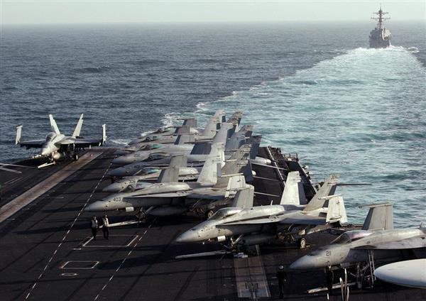 ホルムズ海峡で米空母エイブラハム・リンカーン(手前)を護衛する駆逐艦スタレット=2012年2月14日(ロイター)