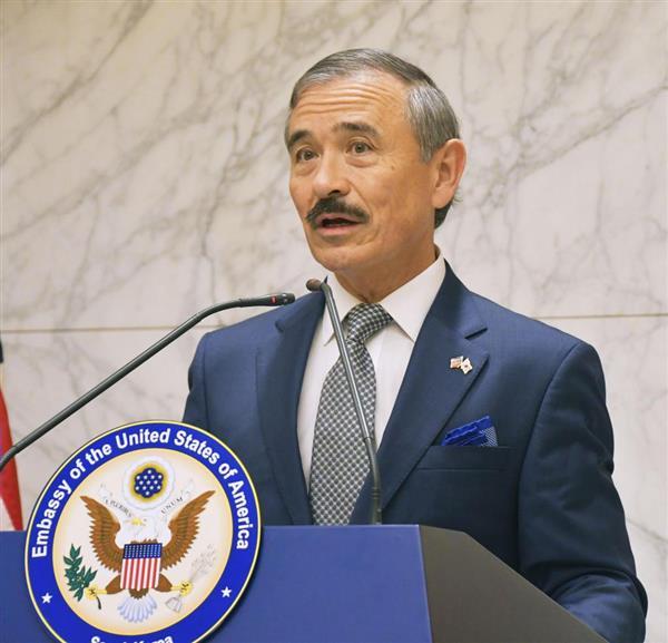 韓国に到着し、仁川国際空港で記者会見する米国の新任駐韓大使のハリス氏=7日(共同)