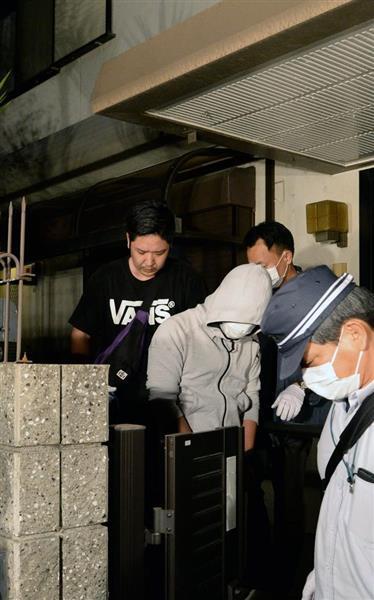 特殊詐欺事件で摘発され民泊施設から出る容疑者(1人目)=大阪市西成区