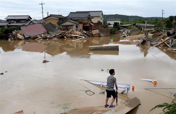 冠水し家屋が倒壊した現場=8日午前11時19分、