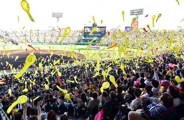 勝利を祈りジェット風船を飛ばす阪神ファン。優勝を狙えるチーム造りが求められる