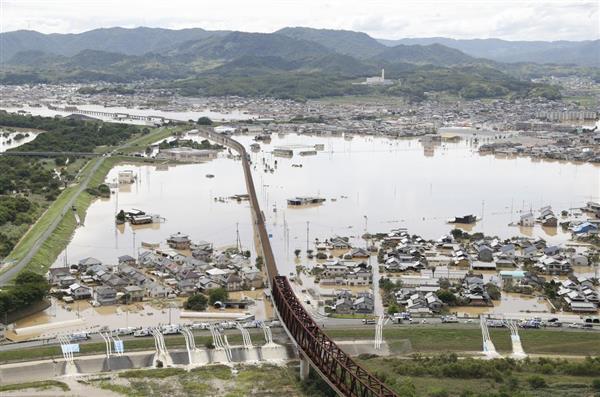 冠水した岡山県倉敷市真備町で行われる排水作業=8日