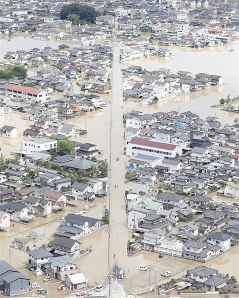 岡山県倉敷市真備町地区で水に漬かった住宅=8日午後(本社ヘリから)