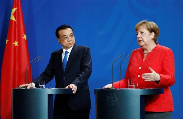 9日、独ベルリンの連邦首相府で記者会見を開くメルケル首相(右)と中国の李克強首相(ロイター)