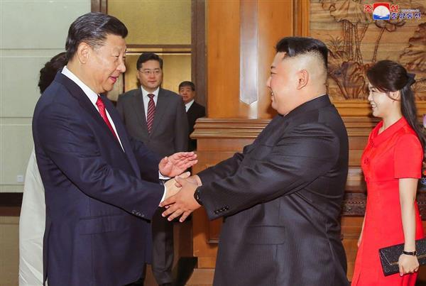 中国の習近平国家主席(左)と握手する金正恩朝鮮労働党委員長=北京・釣魚台国賓館(朝鮮中央通信=朝鮮通信)