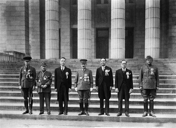 昭和18年11月5日、記念撮影に納まる東條英機首相(中央)ら大東亜会議に参加した各代表=国会